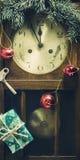 Composición del Año Nuevo con el reloj y las decoraciones viejos de pared Imagen de archivo