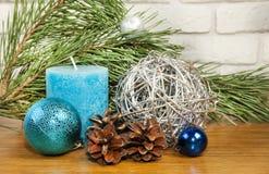 Composición 2017 del Año Nuevo con la bola azul brillante y vela en el wo Fotografía de archivo