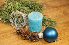 Composición 2017 del Año Nuevo con la bola azul y vela en vagos de madera Fotos de archivo