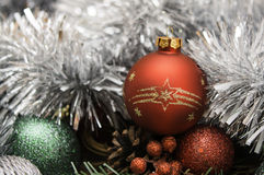 Composición del Año Nuevo con la bola y la malla rojas imágenes de archivo libres de regalías