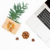 Composición del Año Nuevo con la caja del ordenador portátil, de regalo de la Navidad y el cono del pino en el fondo blanco Visió Imágenes de archivo libres de regalías