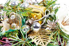 Composición del Año Nuevo con la cinta y las bolas de oro Fotos de archivo libres de regalías