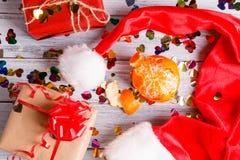 Composición del Año Nuevo con las cajas y los mandarines de regalo imagenes de archivo