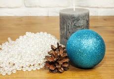 Composición 2017 del Año Nuevo con las gotas, los conos de abeto y la vela en el wo Imagen de archivo libre de regalías