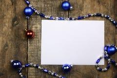 Composición del Año Nuevo con las guirnaldas y los globos en un tabl de madera Fotos de archivo