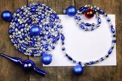 Composición del Año Nuevo con las guirnaldas y los globos en un tabl de madera Foto de archivo libre de regalías