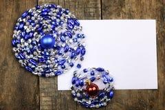 Composición del Año Nuevo con las guirnaldas y los globos en un tabl de madera Fotos de archivo libres de regalías