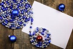 Composición del Año Nuevo con las guirnaldas y los globos en un tabl de madera Imágenes de archivo libres de regalías