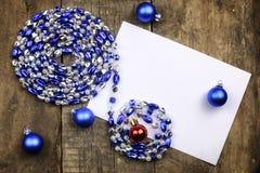 Composición del Año Nuevo con las guirnaldas y los globos en un tabl de madera Fotografía de archivo