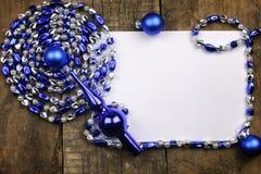 Composición del Año Nuevo con las guirnaldas y los globos en un tabl de madera Fotografía de archivo libre de regalías