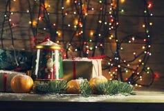 Composición del Año Nuevo con las mandarinas y los regalos Imagen de archivo libre de regalías