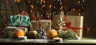 Composición del Año Nuevo con las mandarinas y los regalos Foto de archivo