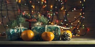 Composición del Año Nuevo con las mandarinas y los regalos Imagen de archivo
