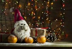 Composición del Año Nuevo con las mandarinas y los regalos Foto de archivo libre de regalías