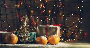 Composición del Año Nuevo con las mandarinas y los regalos Fotos de archivo