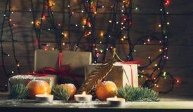 Composición del Año Nuevo con las mandarinas y los regalos Imagenes de archivo