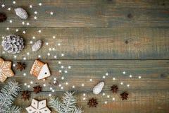 Composición del Año Nuevo con los conos del pino, las galletas del pan de jengibre y el abeto en fondo de madera Endecha plana, v Imagen de archivo