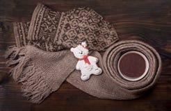 Composición del Año Nuevo con una taza de cacao y de pan de jengibre Fotos de archivo libres de regalías