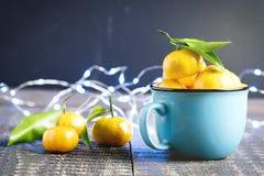 Composición del Año Nuevo de la Navidad con la decoración de madera del día de fiesta del fondo de las mandarinas a la taza rusa  Imagen de archivo