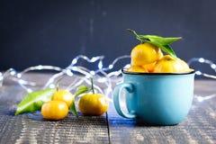 Composición del Año Nuevo de la Navidad con la decoración de madera del día de fiesta del fondo de las mandarinas a la taza rusa  Imágenes de archivo libres de regalías