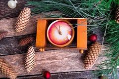 Composición del Año Nuevo de la Navidad con el fondo rústico del reloj Endecha plana Foto de archivo
