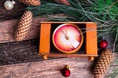 Composición del Año Nuevo de la Navidad con el fondo rústico del reloj Endecha plana Fotografía de archivo