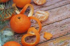 Composición del Año Nuevo de la Navidad con las ramas del abeto y las mandarinas anaranjadas en el viejo fondo de madera, foco se Imagen de archivo