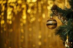 Composición del Año Nuevo de la Navidad con las ramas del abeto y bola en el oro Imagen de archivo libre de regalías
