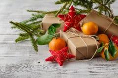 Composición del Año Nuevo de la Navidad con las ramas del abeto y el sabor anaranjado Imagenes de archivo