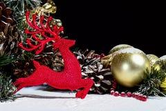 Composición del Año Nuevo de la Navidad con la nieve Bl de los conos de abeto de las bolas de los ciervos Imagen de archivo