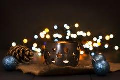 Composición del Año Nuevo de la Navidad con una vela y los conos de abeto Tarjeta de felicitación La Navidad, fondo del Año Nuevo Imágenes de archivo libres de regalías