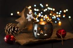 Composición del Año Nuevo de la Navidad con una vela y los conos de abeto Tarjeta de felicitación La Navidad, fondo del Año Nuevo Imagen de archivo