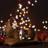 Composición del Año Nuevo de la Navidad con una vela y los conos de abeto Tarjeta de felicitación La Navidad, fondo del Año Nuevo Foto de archivo libre de regalías