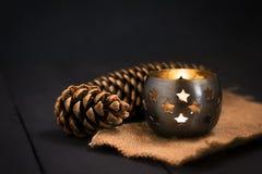 Composición del Año Nuevo de la Navidad con una vela y los conos de abeto Tarjeta de felicitación La Navidad, fondo del Año Nuevo Imagenes de archivo