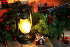 Composición del Año Nuevo de ramas de los árboles de navidad adornados Foto de archivo libre de regalías