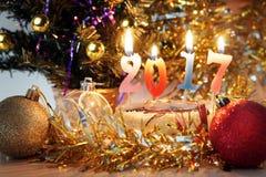 Composición 2017 del Año Nuevo Decoraciones del día de fiesta y velas ardientes Foto de archivo libre de regalías