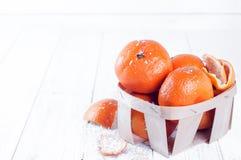 Composición del Año Nuevo en cesta con los mandarines Imagen de archivo libre de regalías