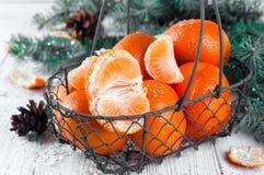 Composición del Año Nuevo en cesta con los mandarines Fotos de archivo