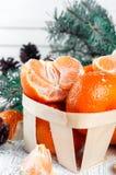 Composición del Año Nuevo en cesta con los mandarines Imagenes de archivo