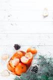 Composición del Año Nuevo en cesta con los mandarines Foto de archivo libre de regalías