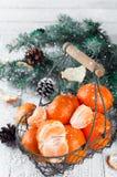 Composición del Año Nuevo en cesta con los mandarines Fotografía de archivo