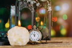 Composición del Año Nuevo en estilo tradicional con la vela del reloj Imágenes de archivo libres de regalías