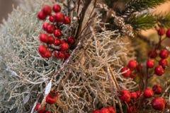 Composición del Año Nuevo hecha de las ramas de plata, de las ramas del abeto y de las bayas rojas Tema del Año Nuevo foto de archivo libre de regalías