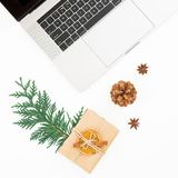 Composición del Año Nuevo Ordenador portátil con el cono de la caja y del pino de regalo de la Navidad en el fondo blanco Visión  Fotos de archivo libres de regalías
