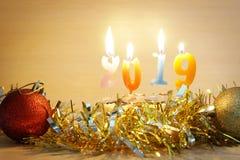 Composición 2019 del Año Nuevo Torta y velas ardientes Foto de archivo libre de regalías