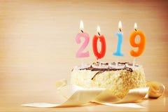 Composición 2019 del Año Nuevo Torta y velas ardientes Imágenes de archivo libres de regalías