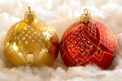 Composición del Año Nuevo y de la Navidad: bolas del árbol de abeto en guata Fotografía de archivo libre de regalías