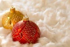 Composición del Año Nuevo y de la Navidad: bolas del árbol de abeto en guata Fotos de archivo