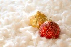 Composición del Año Nuevo y de la Navidad: bolas del árbol de abeto en guata Foto de archivo libre de regalías