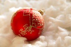 Composición del Año Nuevo y de la Navidad: bolas del árbol de abeto en guata Imágenes de archivo libres de regalías